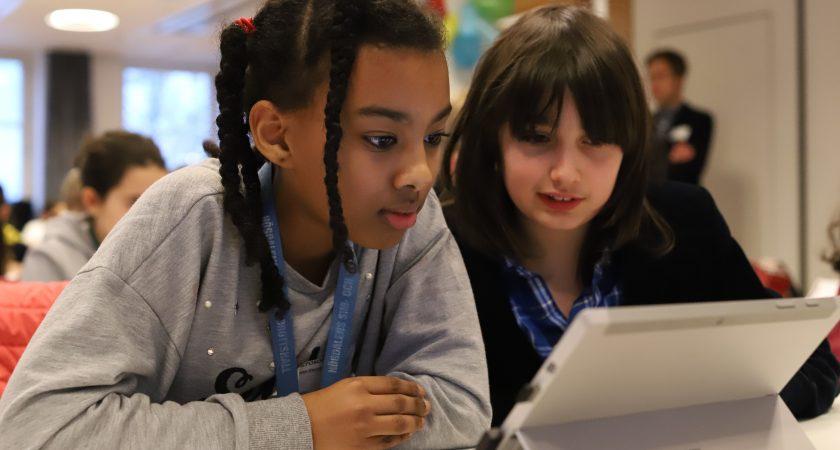 Slättgårdsskolans elever knackar kod under Hour of Code