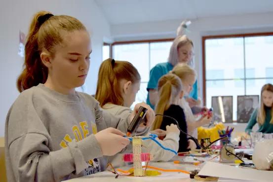Här programmerar tjejerna sina egna robotar