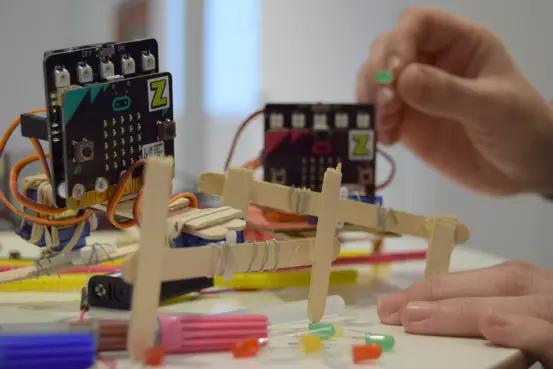 Tjejer programmerar robotar på sportlovet
