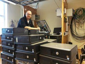 Gymnasieelever ger gamla datorer nytt liv genom Computer Aid 2