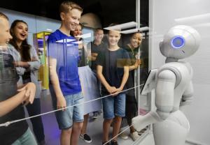 Robotar lockar rekordpublik till Tekniska – dubblade besökarsiffror för juli 1