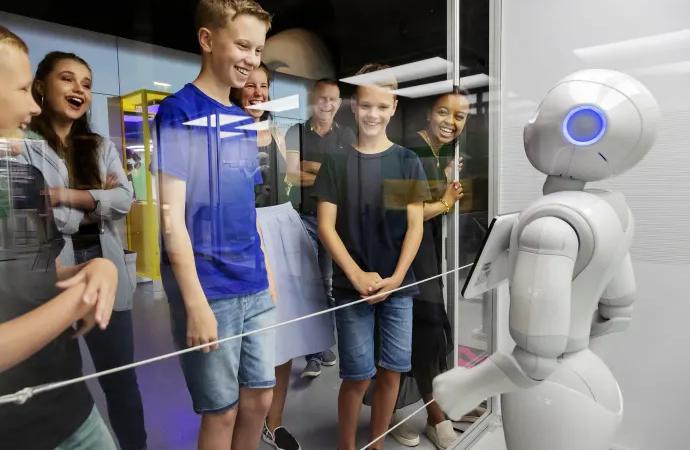 Robotar lockar rekordpublik till Tekniska – dubblade besökarsiffror för juli