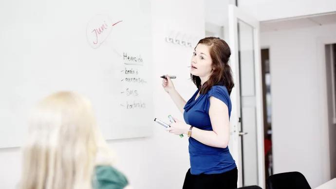 Skräddarsydd utbildning: studera till lärare samtidigt som du jobbar med lön