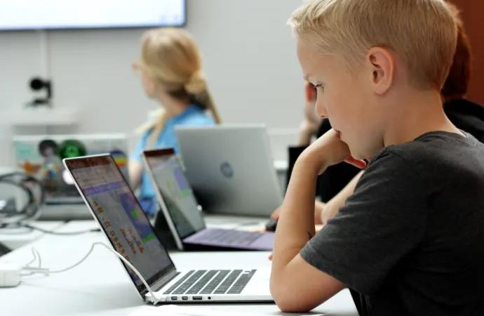 Göteborgs universitet och Hello World! i unikt samarbete och erbjuder kurs i programmering för lärare i grundskolan