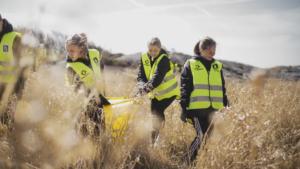 Ungdomar städar svenska stränder efter hemestern 1