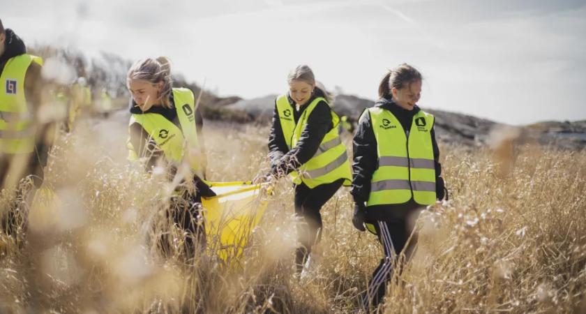 Ungdomar städar svenska stränder efter hemestern