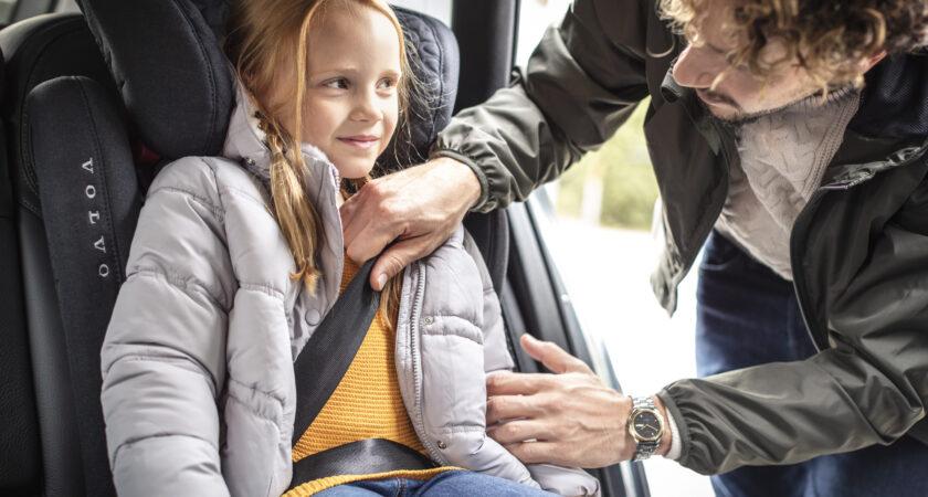Tjocka ytterkläder försämrar bilbältets skydd – så sitter barnen säkert på höstens och vinterns resor