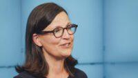 Anna Ekström gör ett digitalt skolbesök och talar vid Nordiska Skolledarkongressen