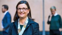 Anna Ekström tar emot utredning om skolbibliotek