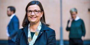 Anna Ekström tar emot utredning om skolbibliotek 1