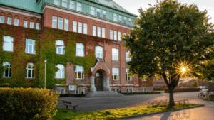 Distansundervisning förlängs för högstadiet och gymnasiet